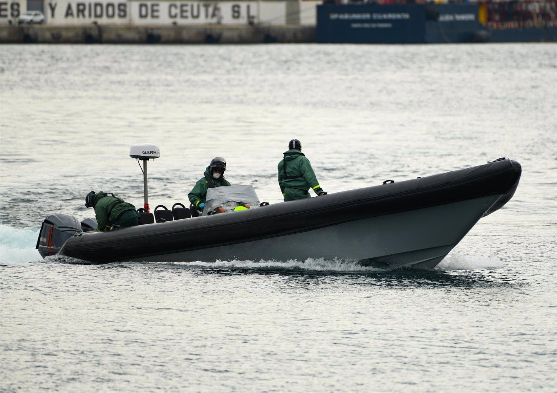 Interceptada una patera con siete inmigrantes y trasladados al Puerto de Motril