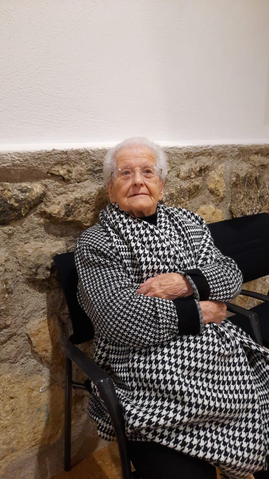 Carmen Huete, una de las vecinas centenarias de Montefrío, se vacuna de la COVID-19
