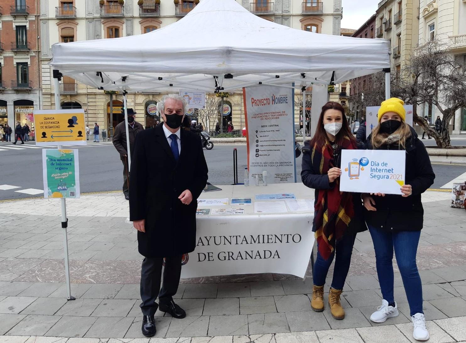 El Ayuntamiento instala una carpa en Puerta Real con motivo del Día internacional de Internet seguro
