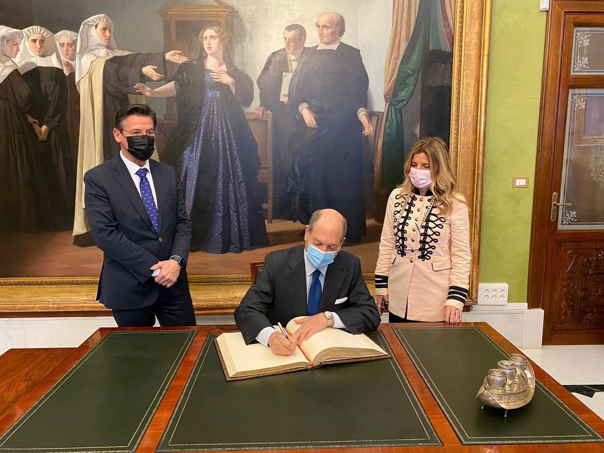El embajador de Italia en España aborda con el Ayuntamiento la candidatura granadina a Capital de la Cultura