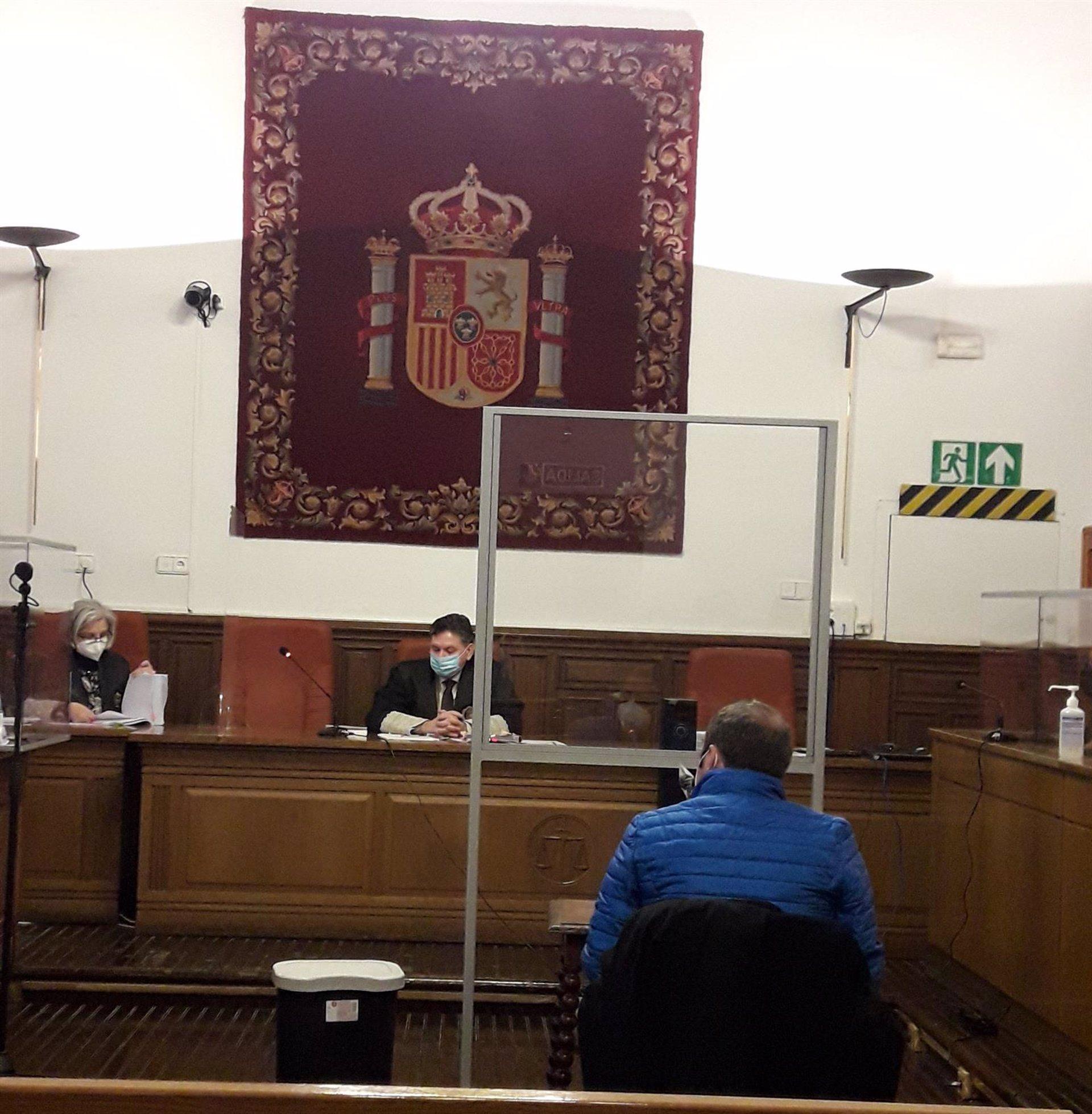 Declaran culpable al exalcalde de Castril de contratar líneas eróticas en el móvil municipal