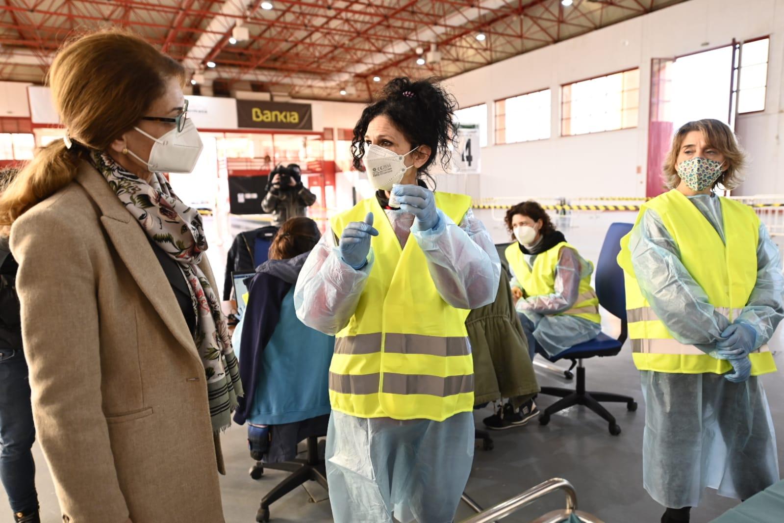 La delegada de Educación y Deporte acompaña al profesorado en su primer día de vacunación