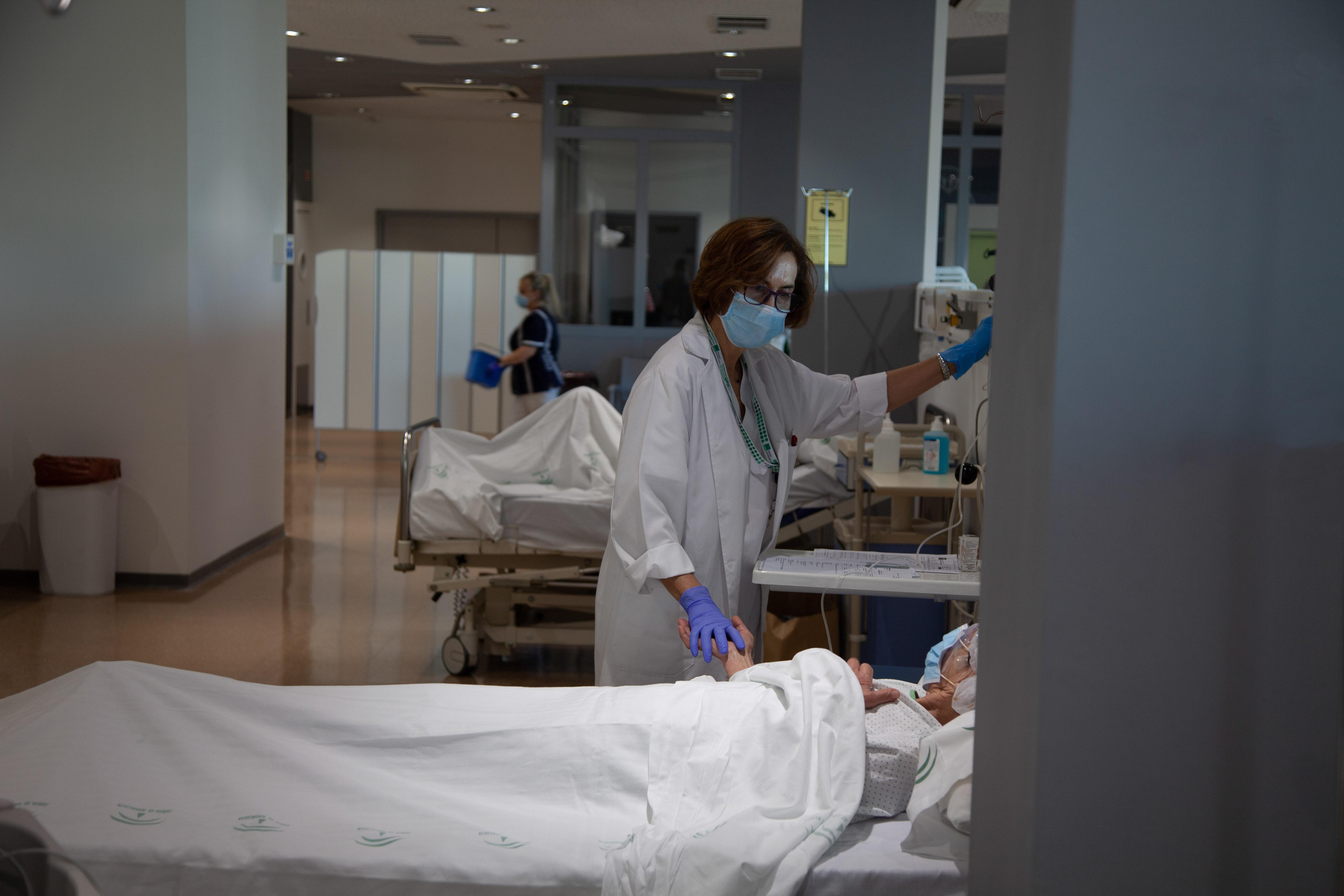 Andalucía registra 846 hospitalizados, la cifra más baja de 2021, y los pacientes en UCI caen hasta 237