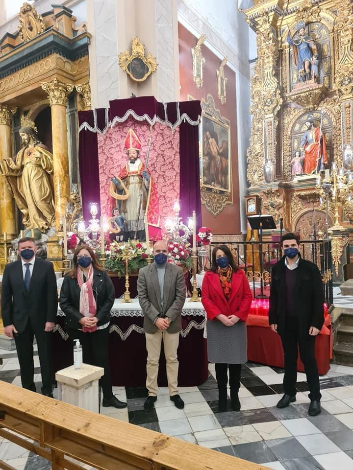 Vecinos de Otura ofrecen roscas a San Blas, el patrón del municipio, para que las bendiga
