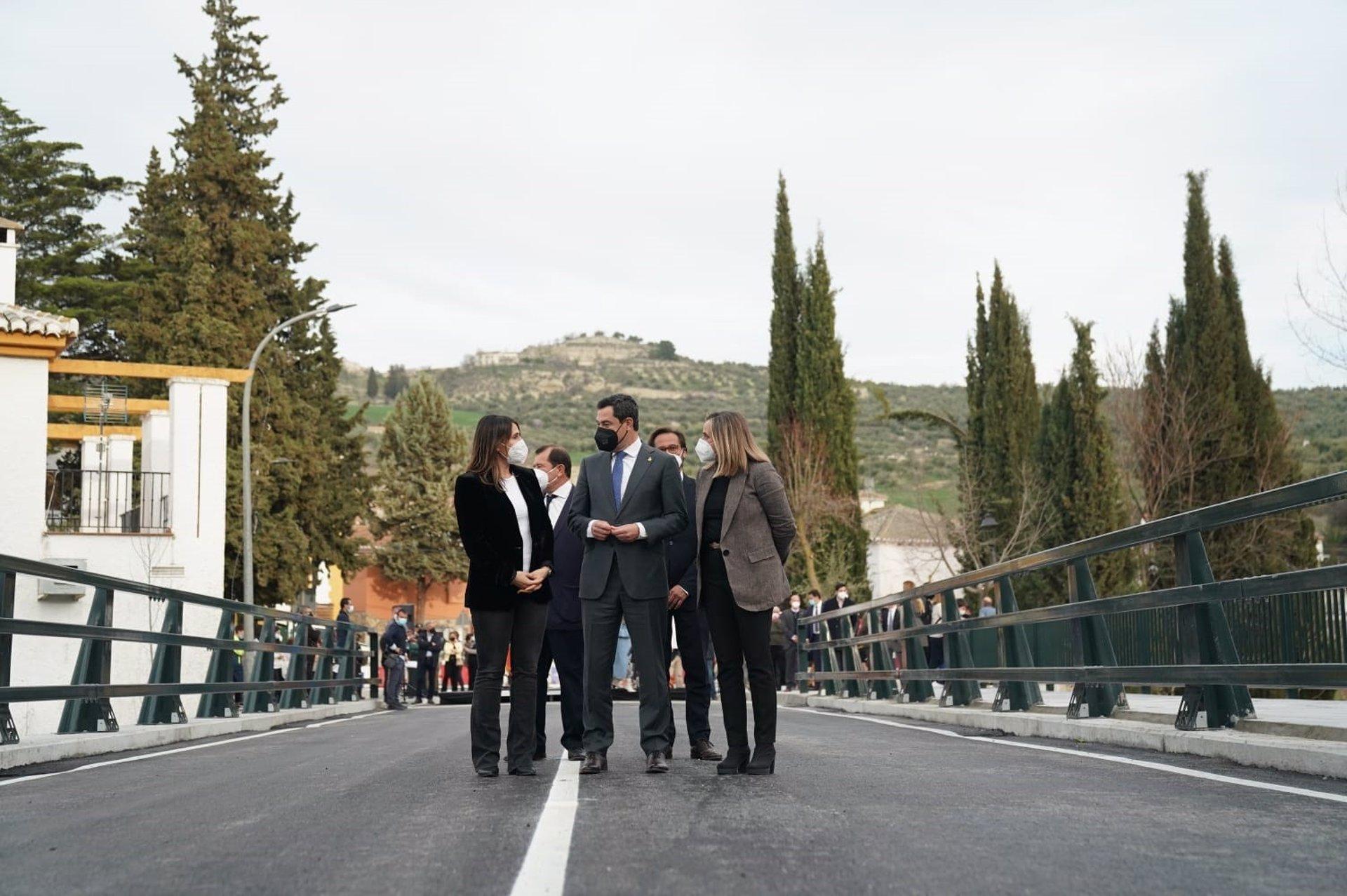 Juanma Moreno inaugura el nuevo puente de Santa Cruz del Comercio sobre el río Alhama