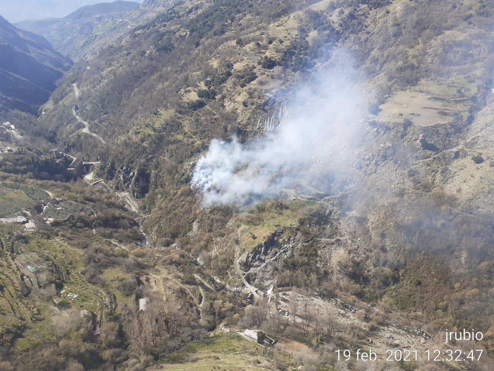 El Infoca trabaja en la extinción de un incendio en el Barranco de Poqueira