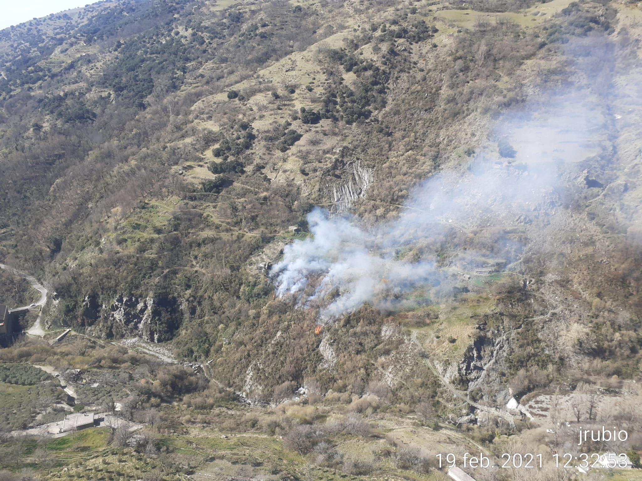 El Infoca trabaja para evitar que las llamas lleguen al fondo del Barranco de Poqueira