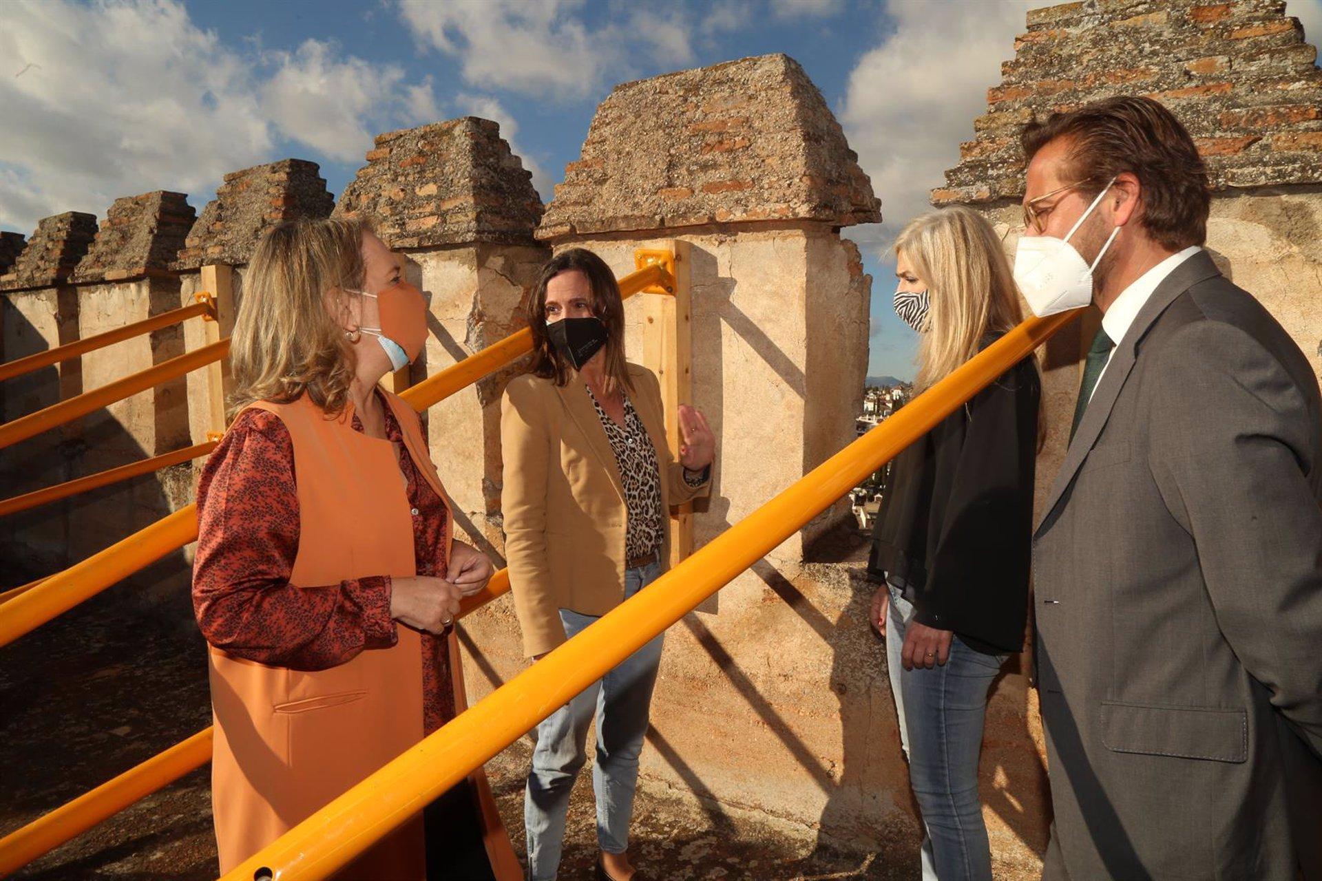 La Consejera de Cultura revisa el estado de la Torre de las Gallinas de la Alhambra tras los terremotos