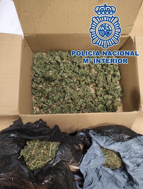 Incautan más de un kilo y medio de cogollos de marihuana que llevaban en una caja y una bolsa de rafia