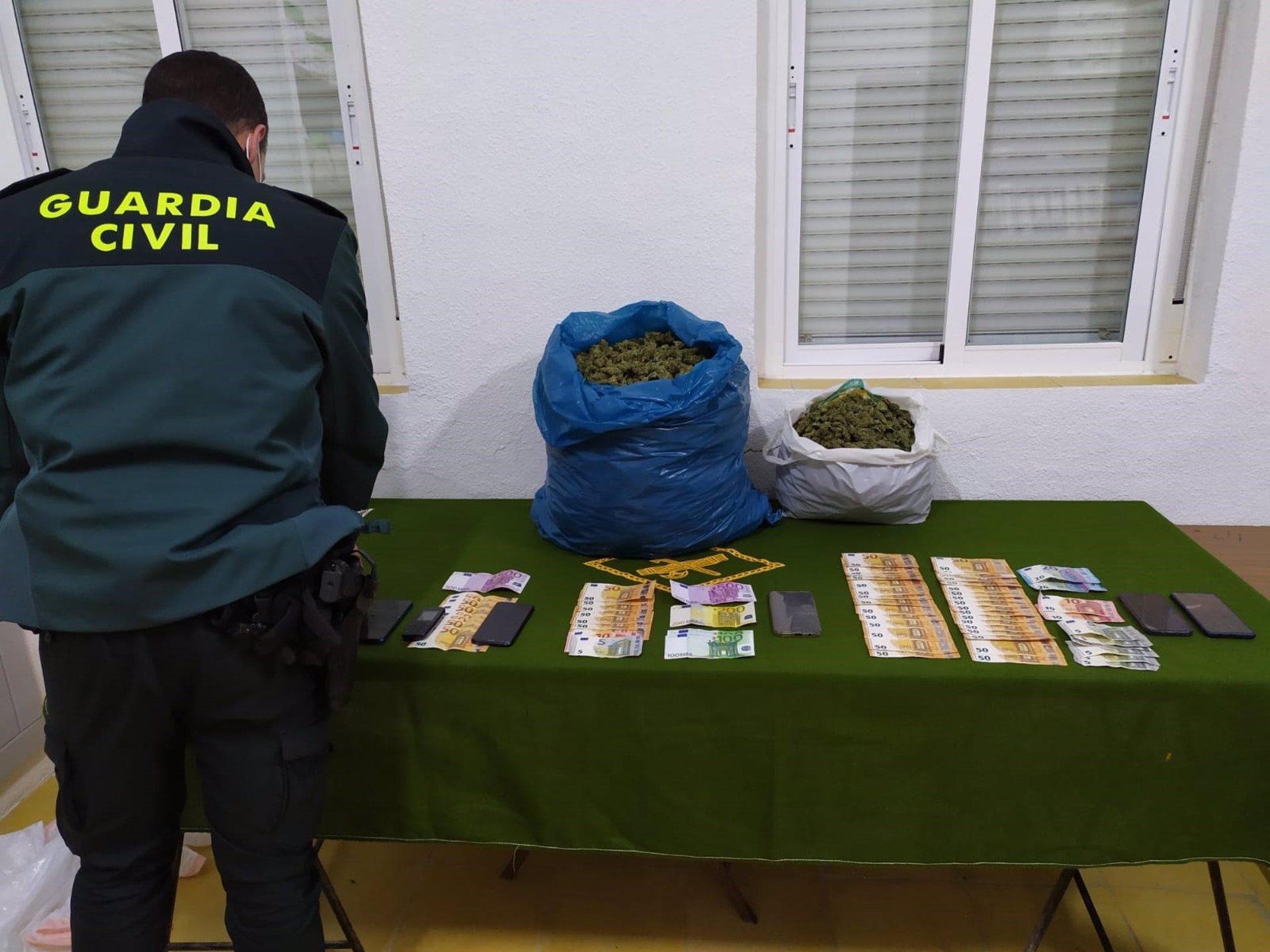 Detenidas seis personas cuando intercambiaban cuatro kilos y medio de marihuana