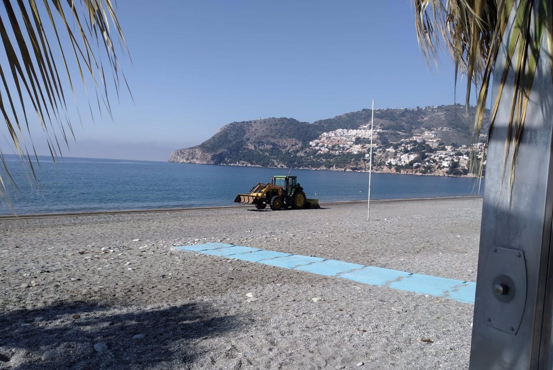 El Ayuntamiento sexitano pone a punto las playas de Almuñécar y La Herradura tras los temporales