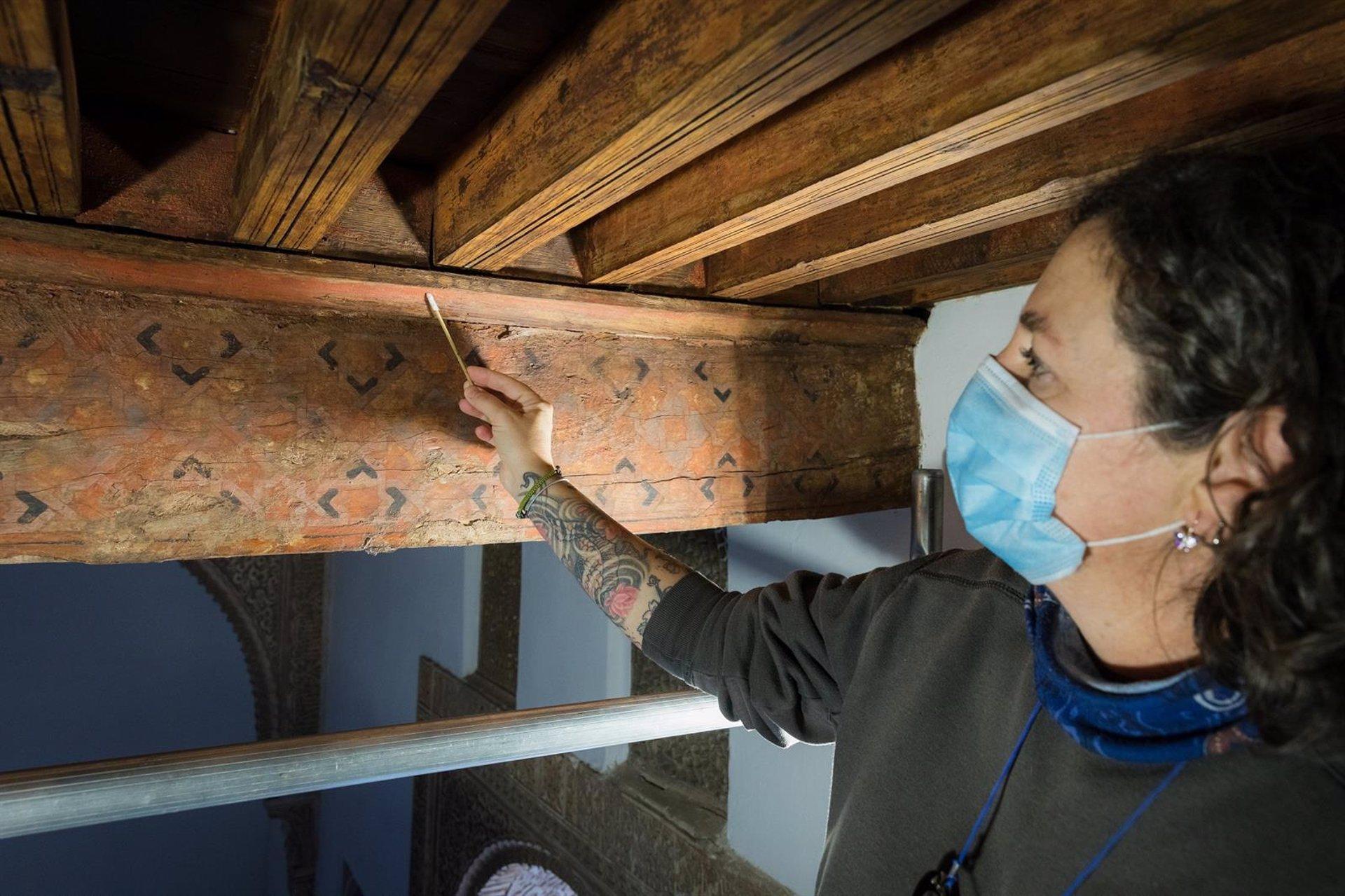 La Alhambra recupera la policromía original de un alfarje de una de las alcobas del Patio de Comares