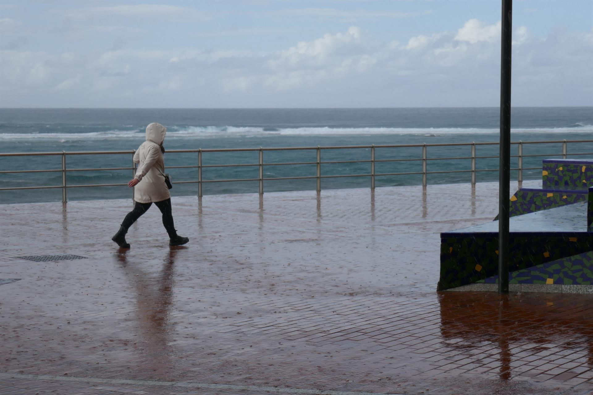 Aviso amarillo por fuerte oleaje en Granada y Almería este lunes