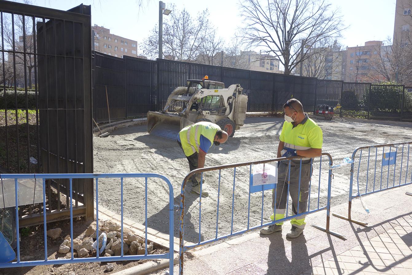 Renuevan el pavimento de la entrada del parque Carlos Cano