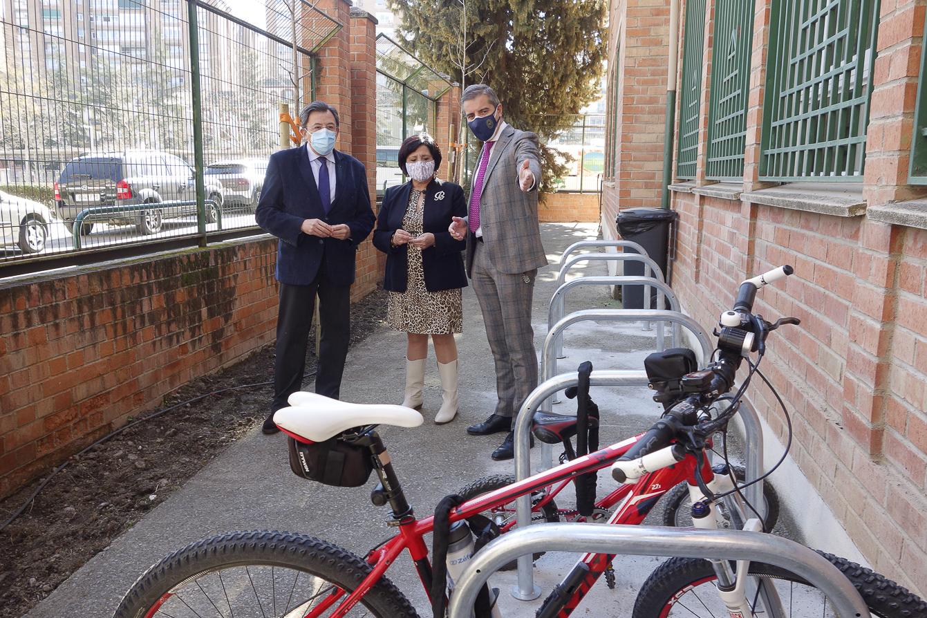 38 colegios de la ciudad instalan «aparcabicis» con el objetivo de mejorar la movilidad