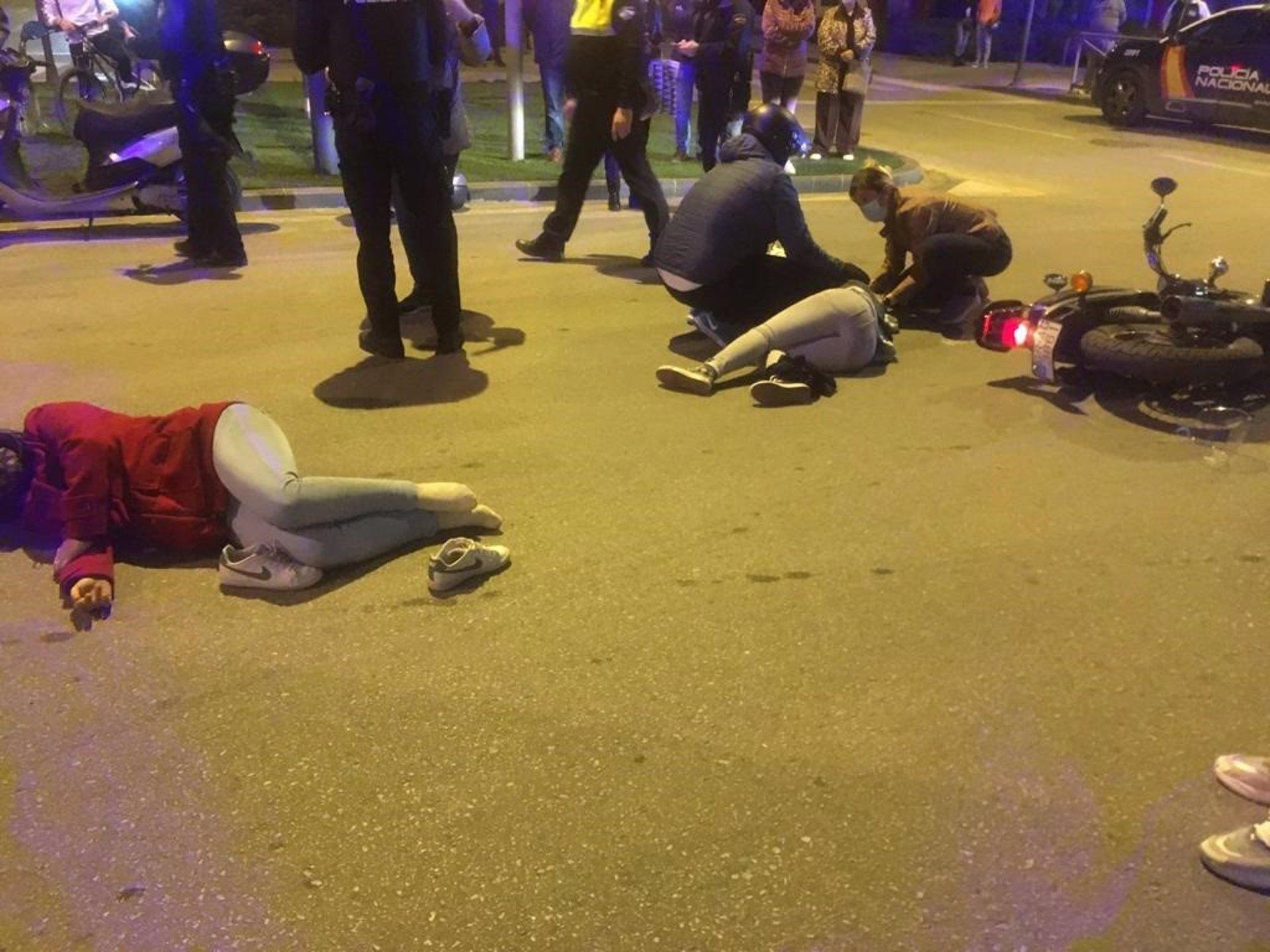 Ingresadas dos mujeres tras un accidente de moto en una rotonda