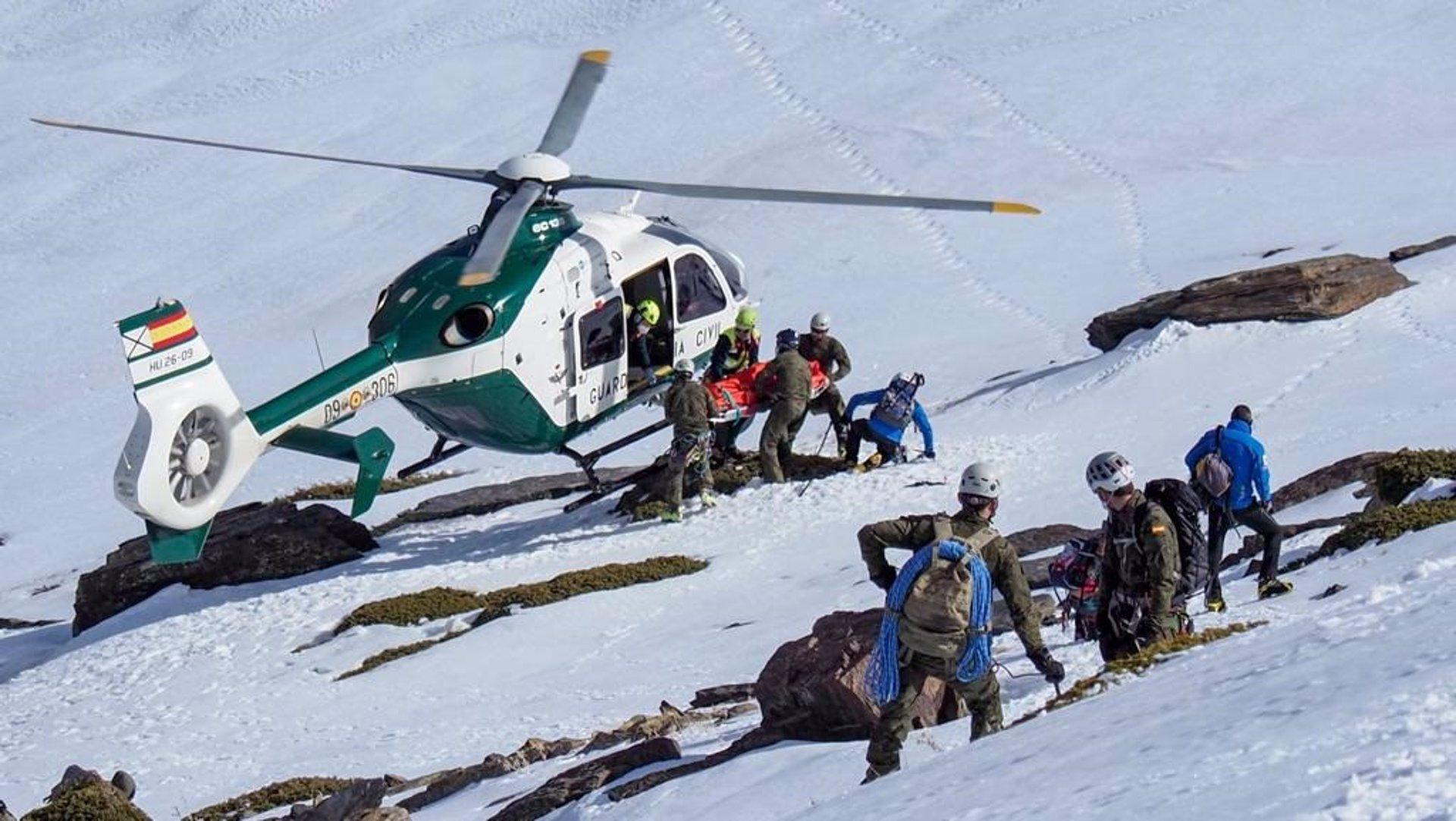 Rescatados un motorista y un montañero heridos graves en Sierra Nevada