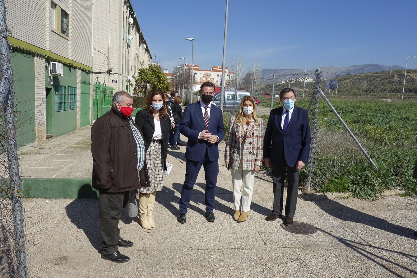 El alcalde escucha las demandas de los vecinos de Parque de Nueva Granada en relación a la Azulejera