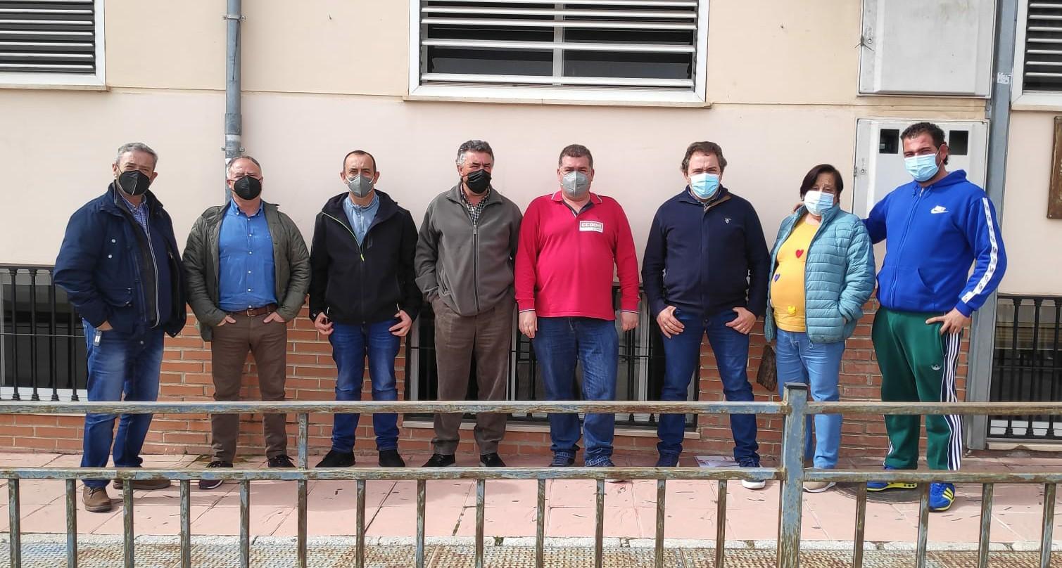 Los trabajadores de la limpieza despedidos en Íllora se concentran para denunciar su situación