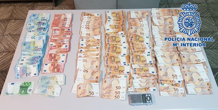 Desmantelan una plantación de marihuana en una vivienda y encuentran más de 15.000 euros