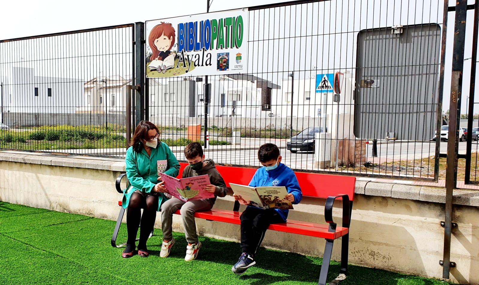 El colegio Francisco Ayala de Cúllar Vega estrena su 'Bibliopatio' para que los escolares puedan leer durante el recreo