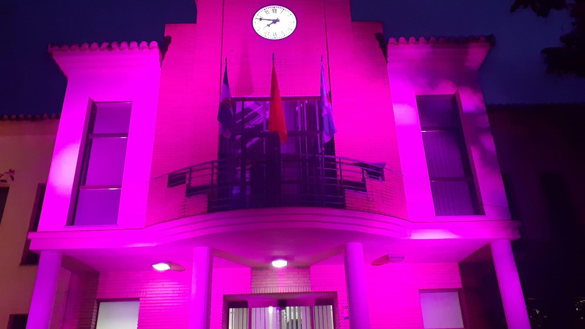 El Ayuntamiento de Vegas del Genil se ilumina con el color morado de la Igualdad con motivo del Día de la Mujer