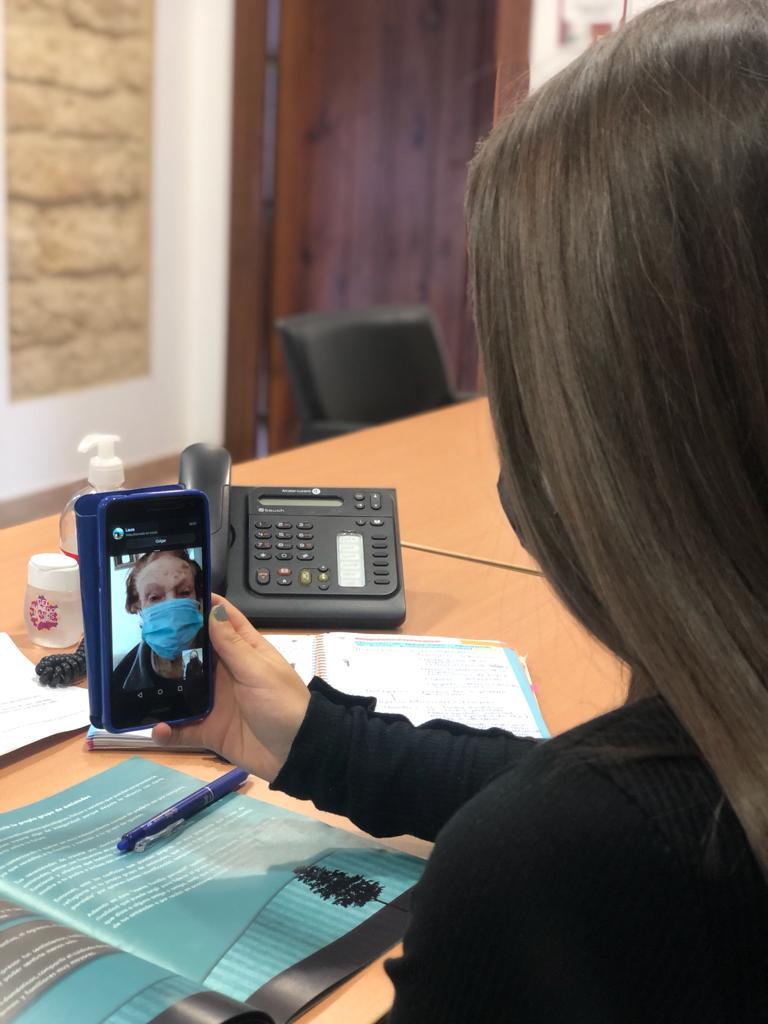 Los mayores de Montefrío utilizan  videollamadas y Whatsapp para evitar la soledad