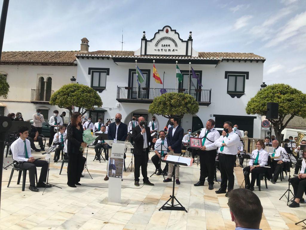 La Banda de Música «Villa de Otura» y la cantaora Lucía Leiva ofrecen un concierto cofrade al aire libre