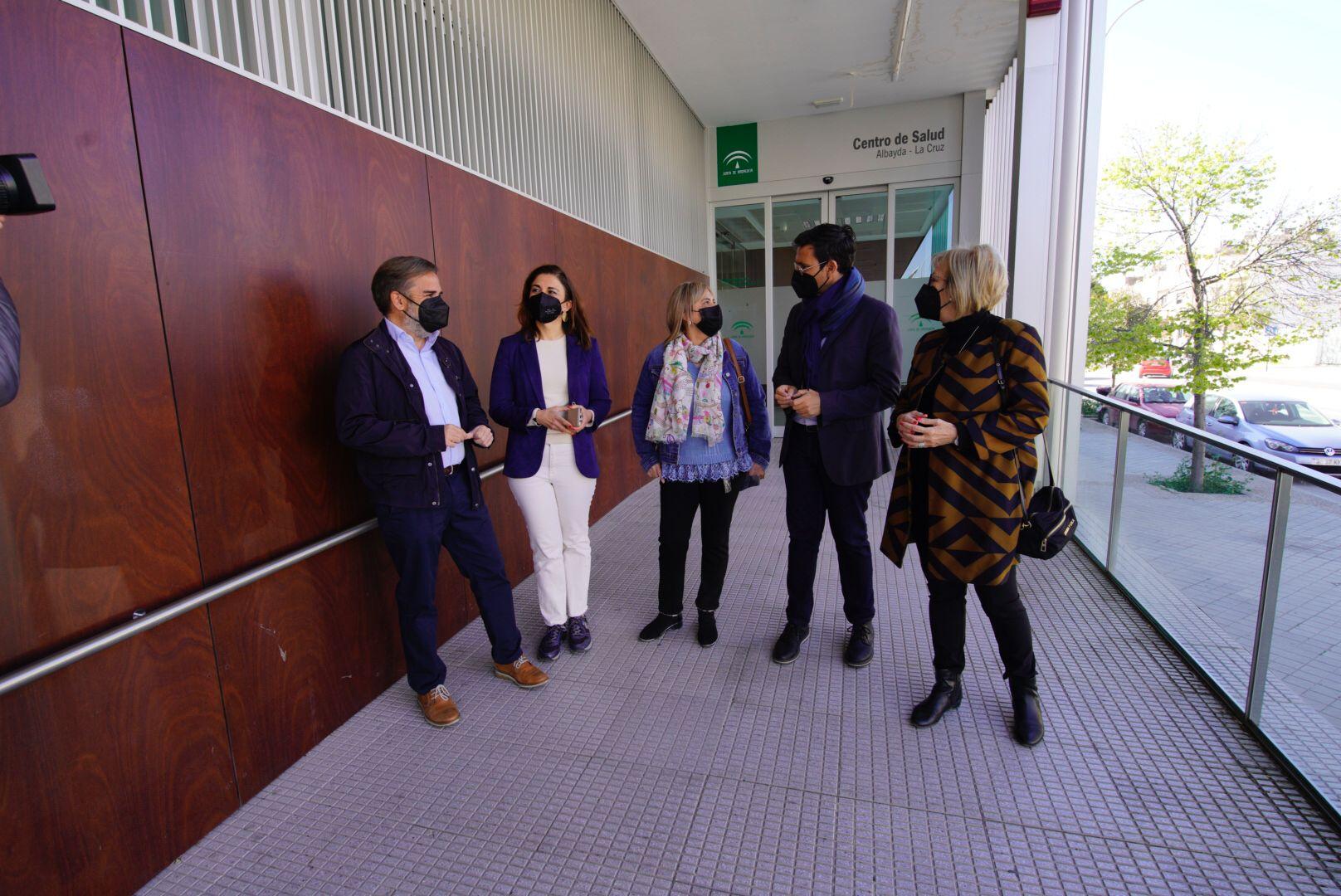 El PSOE pide a la Junta que los mayores puedan vacunarse en los centros de Salud de los barrios