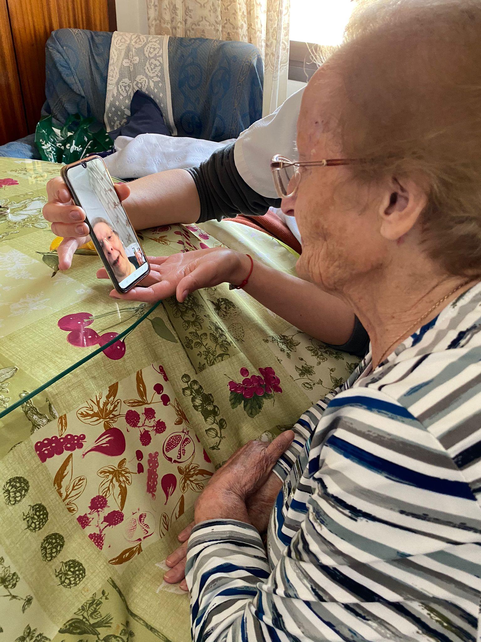 Ancianos de Huétor Tájar que no se ven desde que empezó la pandemia se envían cartas a través de sus auxiliares de ayuda a domicilio