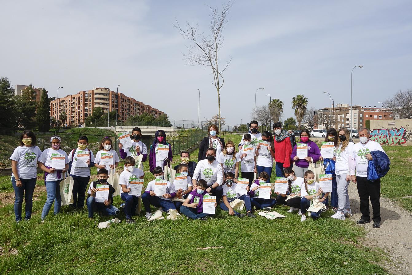 Alumnos del Padre Manjón participan en una plantación de árboles en el «anillo verde»