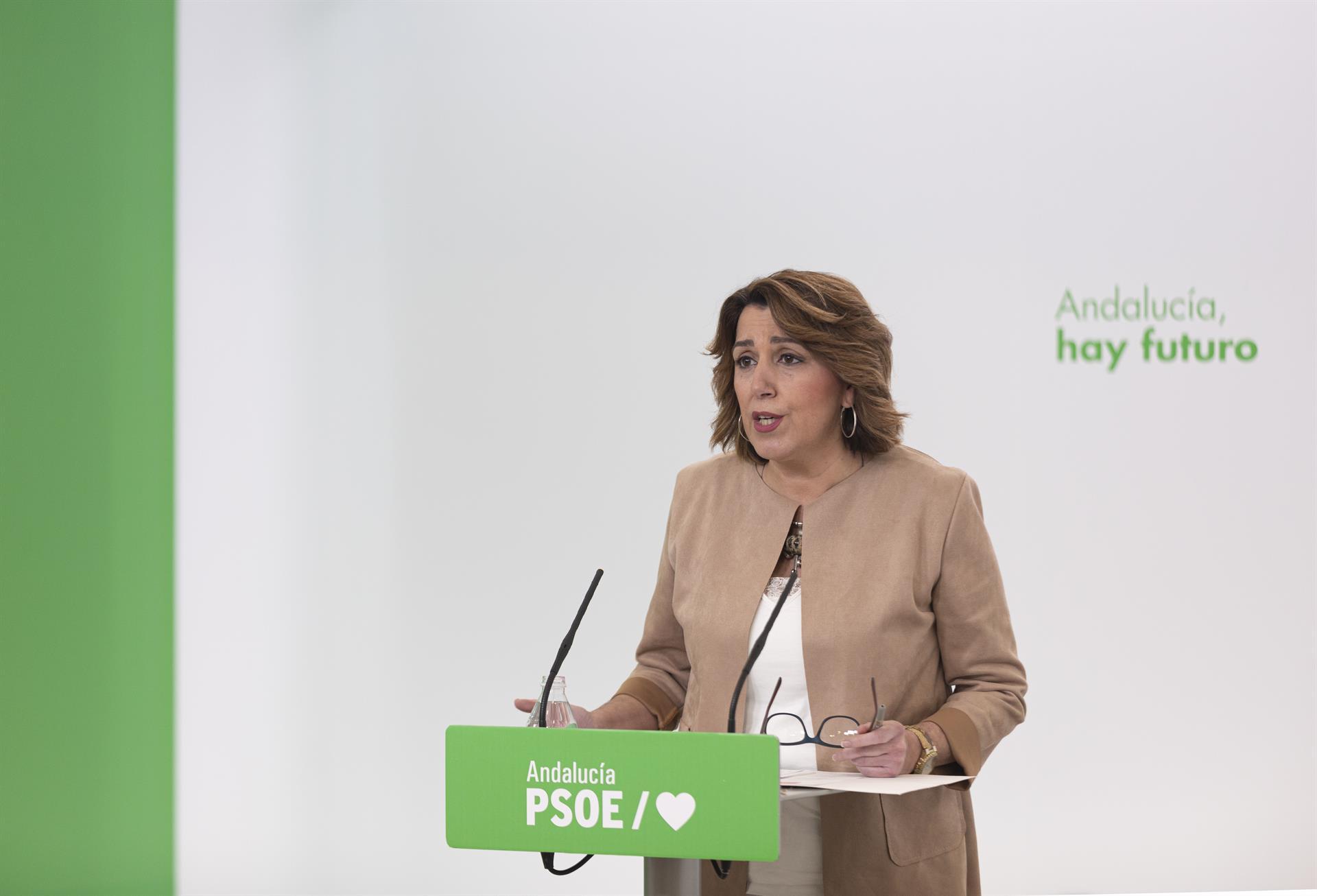 Susana Díaz exige a la Junta que «abra los centros de salud» como «prometió» y que «no juegue con la gente»