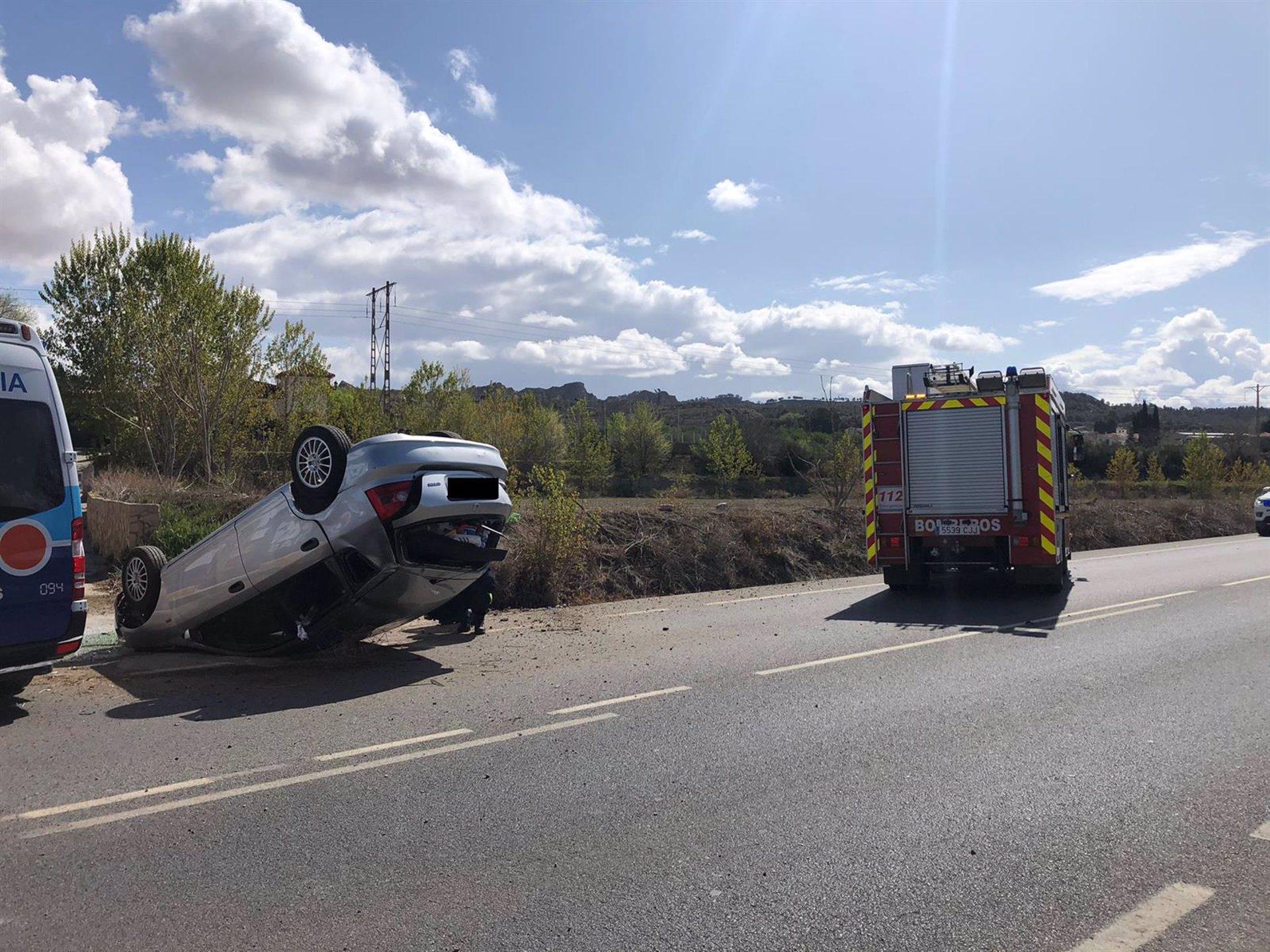 Rescatan a un conductor atrapado tras volcar el vehículo que conducía en Guadix