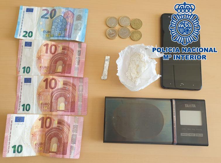 Detenido al intentar deshacerse de cerca de 10 gramos de cocaína cuando estaba traficando