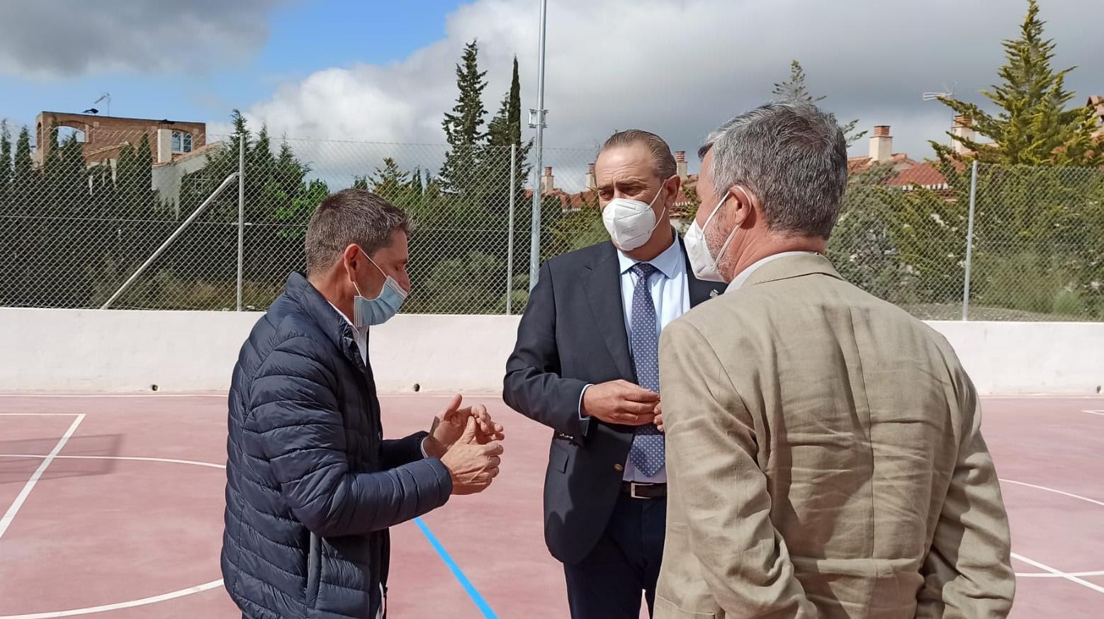 La Junta invierte 7.700 euros en la nueva pista deportiva y en el colegio público de Cenes de la Vega