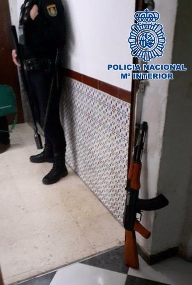 Intervienen un fusil AK-47, aparentemente simulado, en una plantación de marihuana que ha sido desmantelada