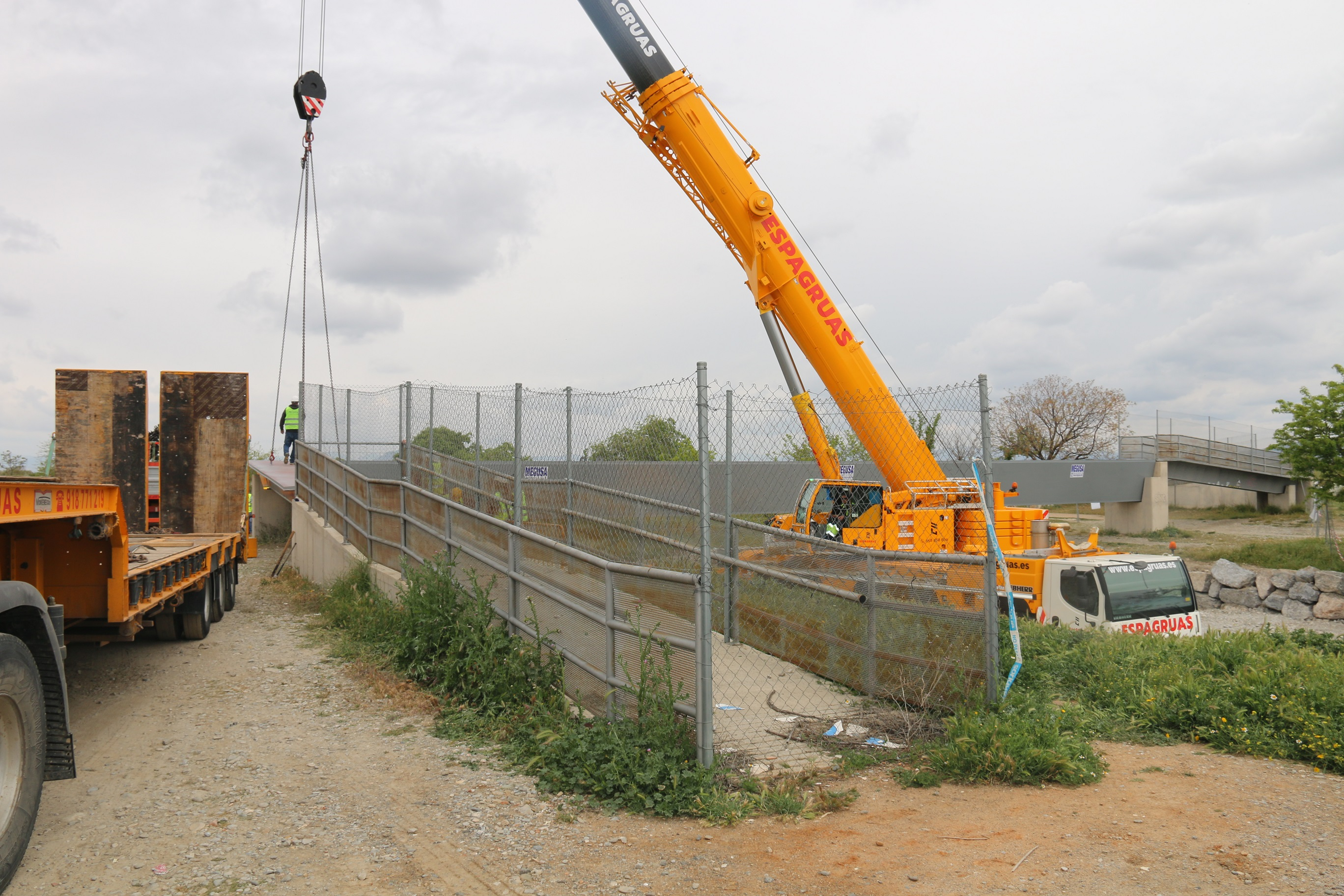 Ultiman las obras de la pasarela peatonal sobre el río Dílar en Alhendín