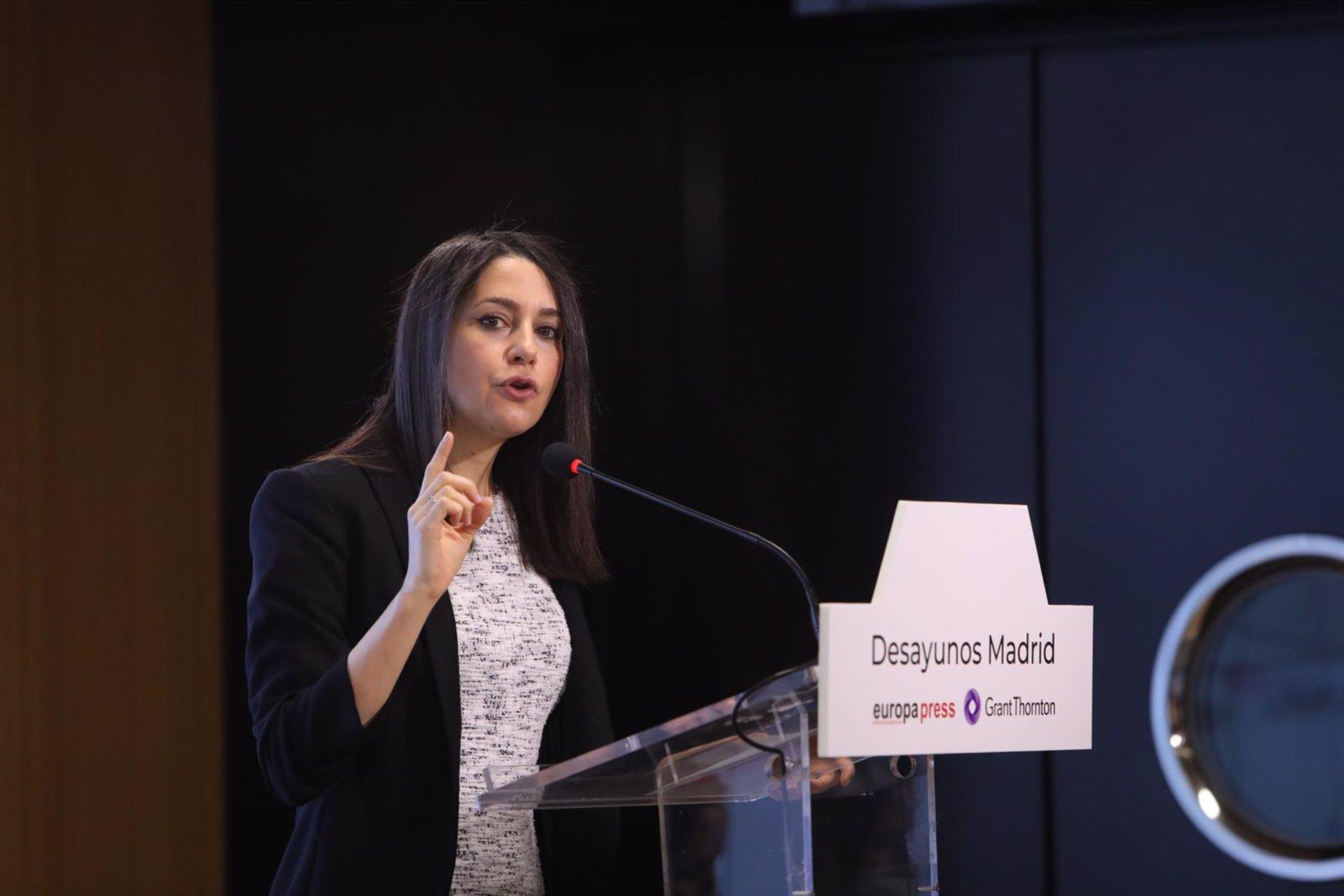 Arrimadas pide «aplicar el sentido común» en el Ayuntamiento y expresa «coraje por las peleas»