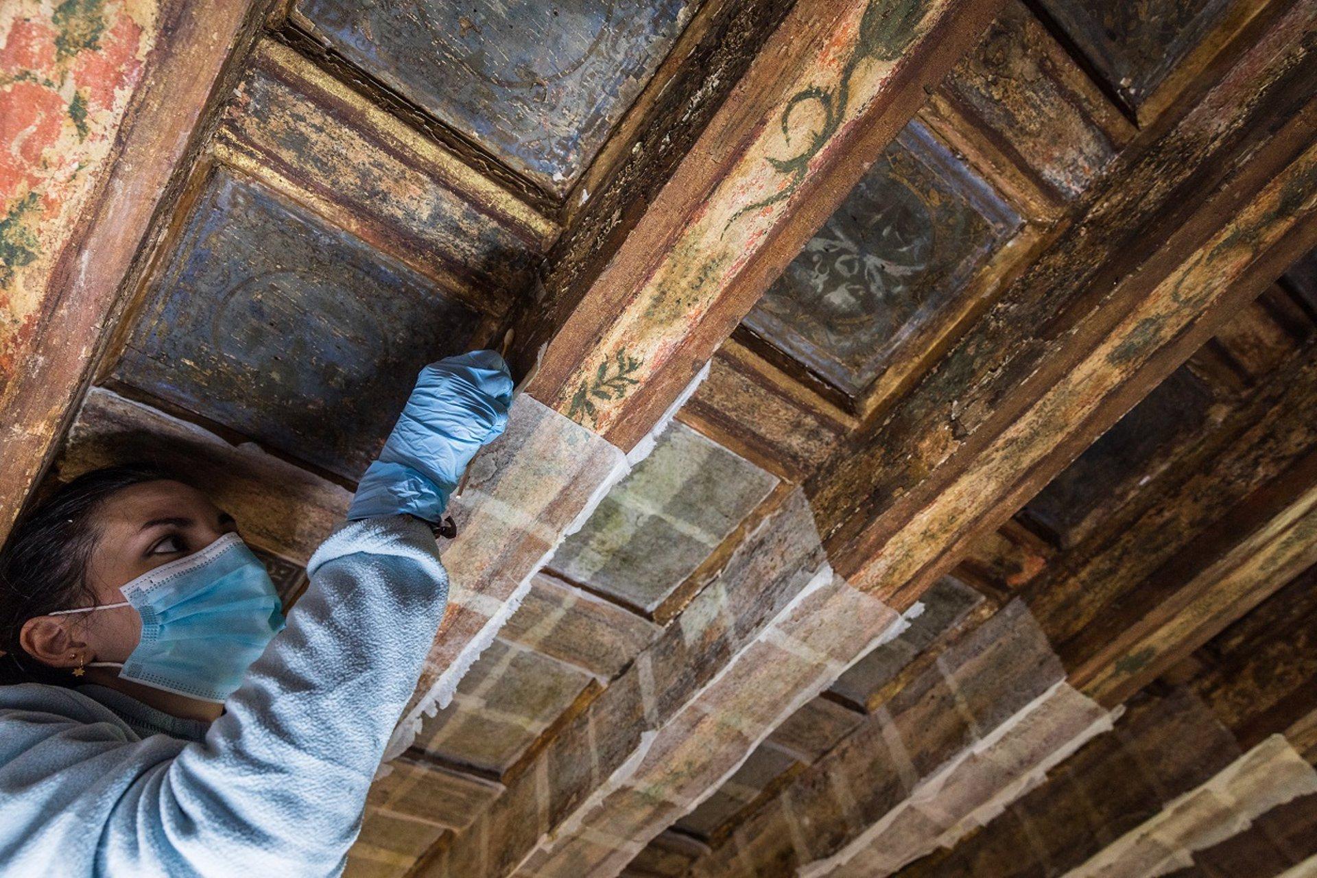 La Alhambra restaura la policromía del alfarje del Peinador de la Reina