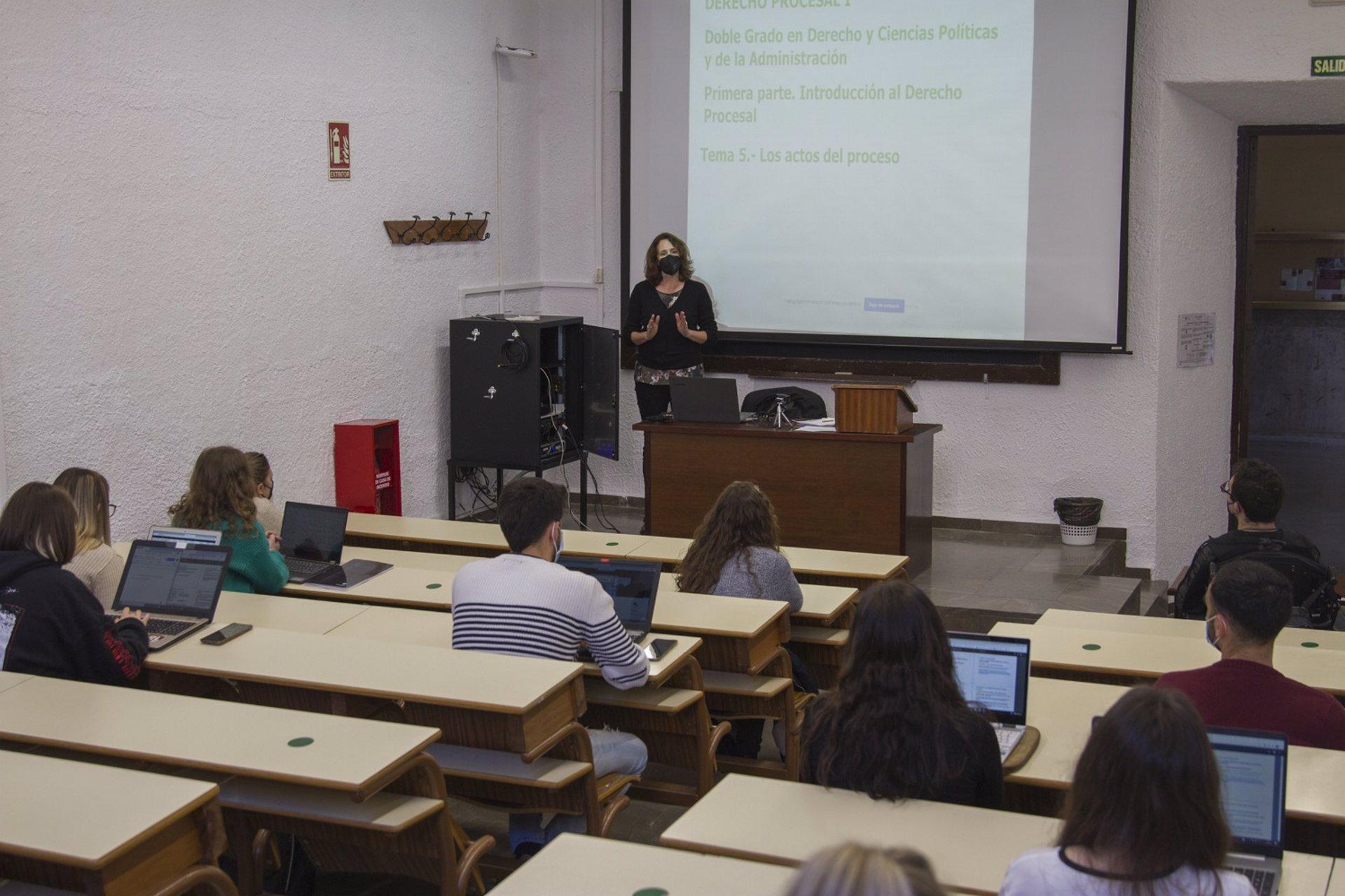La UGR recibe más de 600 solicitudes de estudiantes que piden continuar con las clases online
