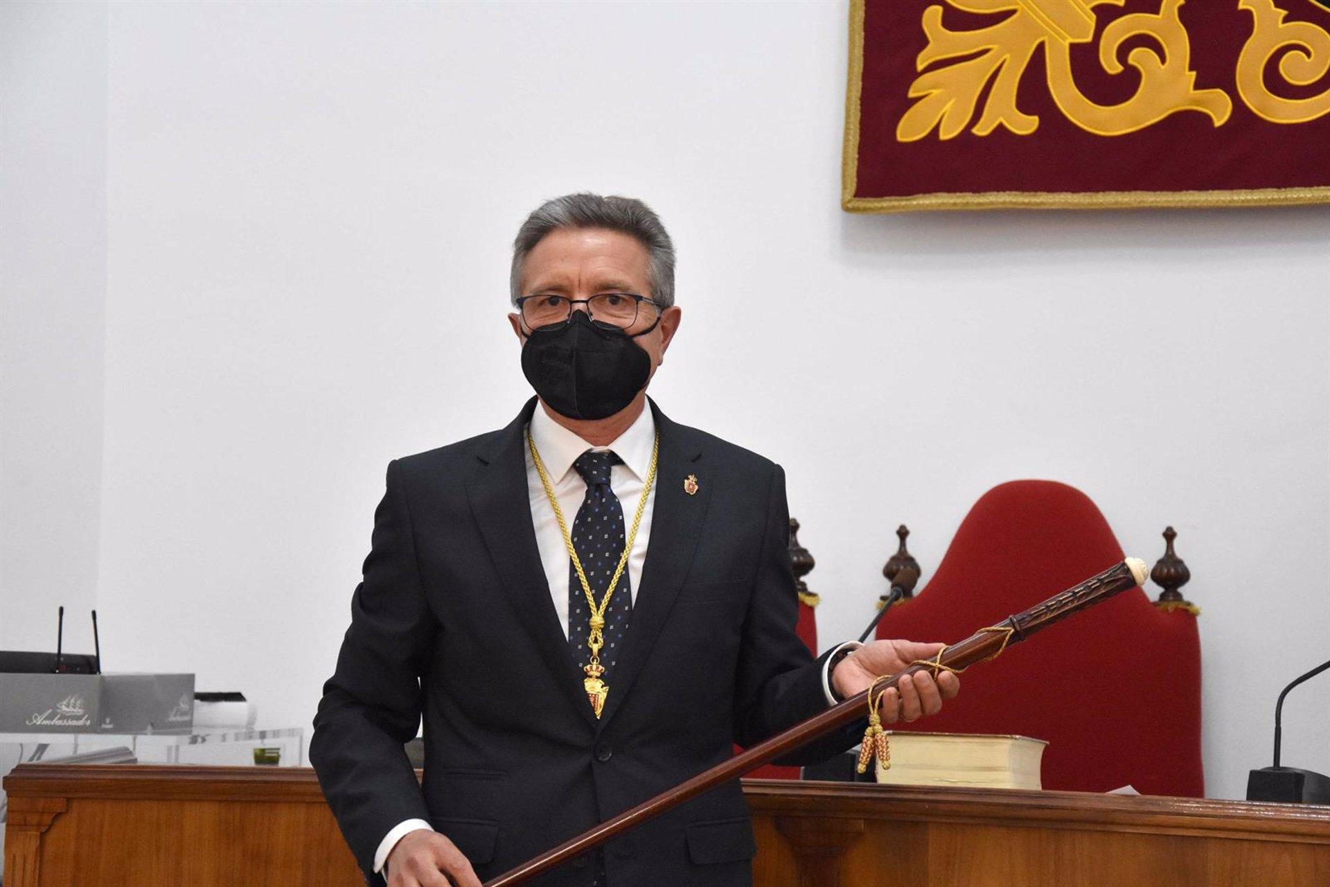 Toma posesión el nuevo alcalde de Baza, Manuel Gavilán en sustitución de Pedro Fernández, actual delegado de Gobierno