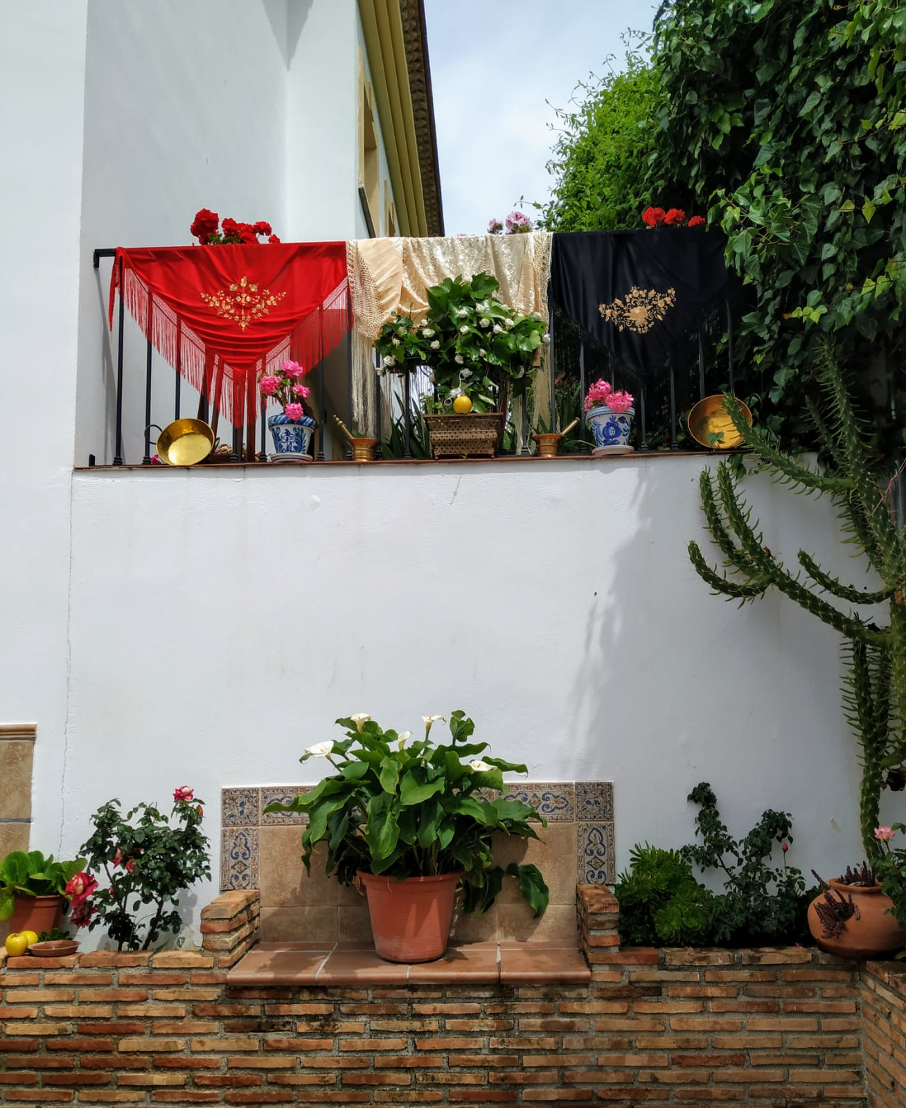 Montefrío pide a sus vecinos que engalanen sus balcones para celebrar el Día de la Cruz, en el que volverán las cruces tradicionales