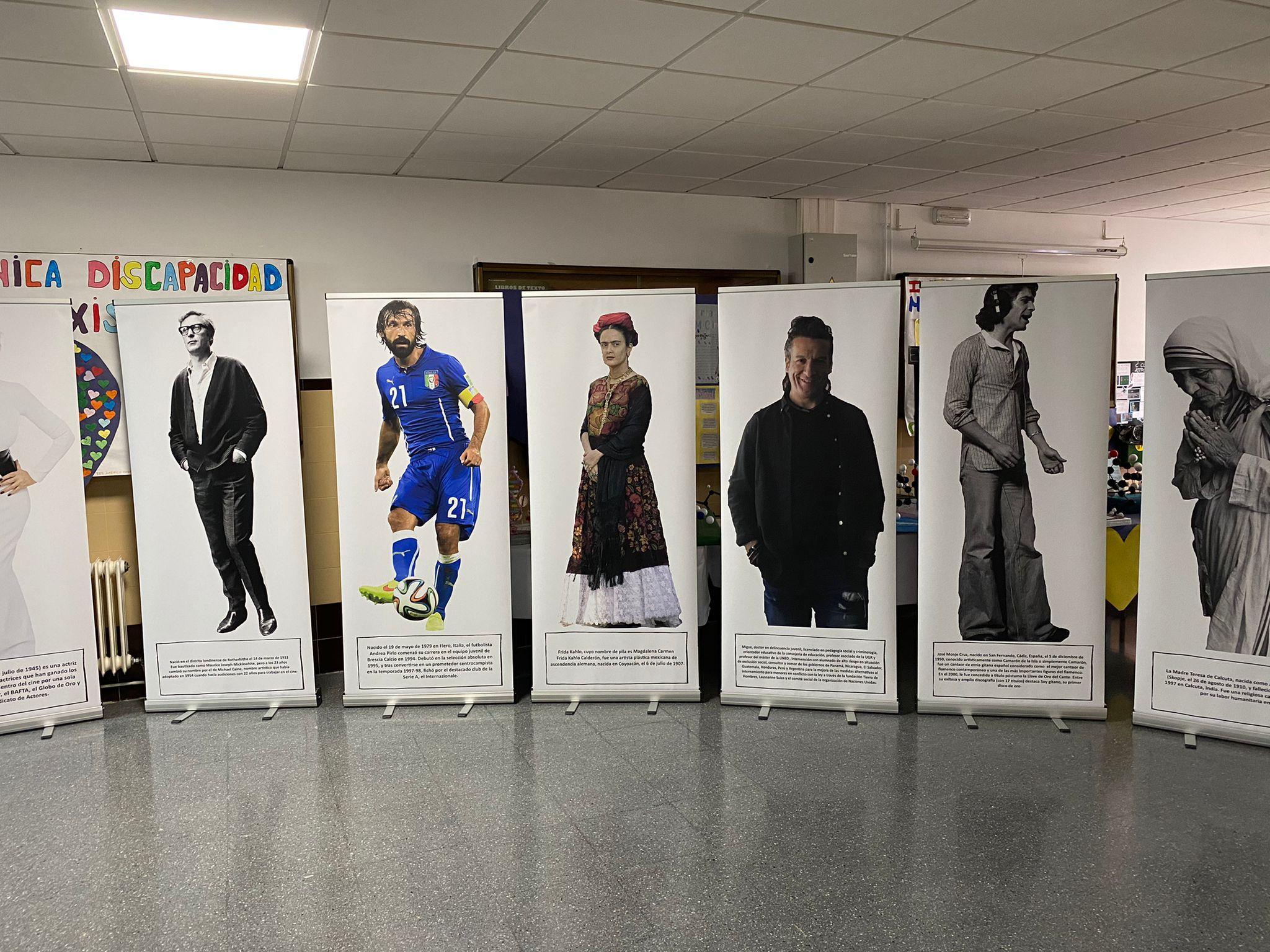 Una exposición acerca a los jóvenes de Huétor Tájar la figura de gitanos célebres como Elvis Presley o Frida Khalo