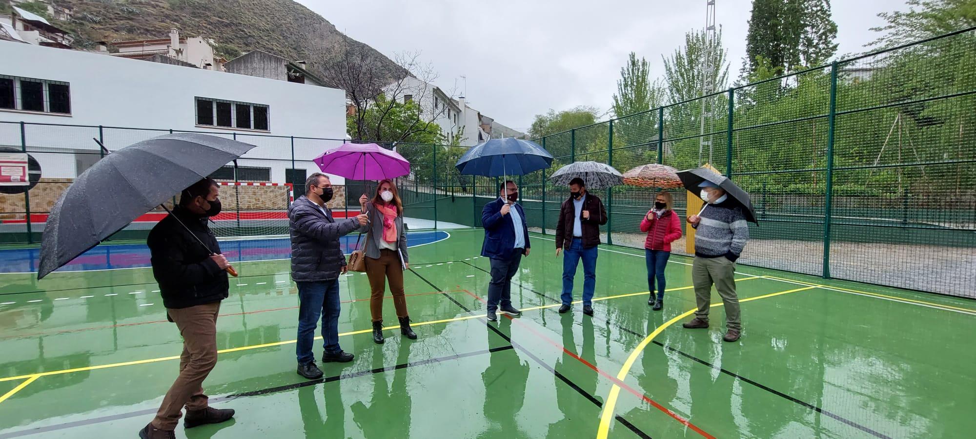 El complejo polideportivo Miraflores de Otura mejora la pavimentación y el vallado