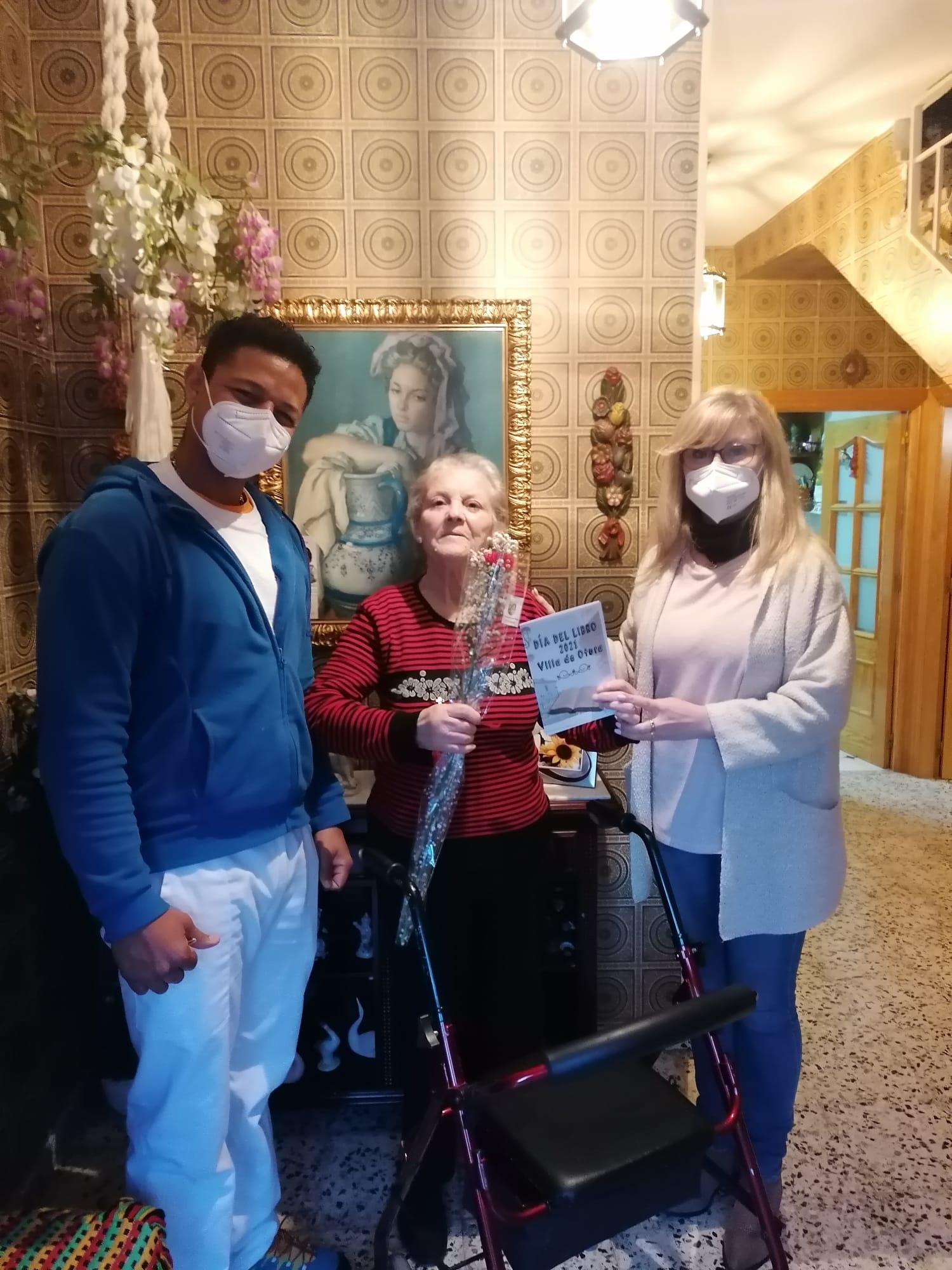 Otura regala un libro de poemas escrito por dos vecinas del municipio a todos los usuarios de ayuda a domicilio