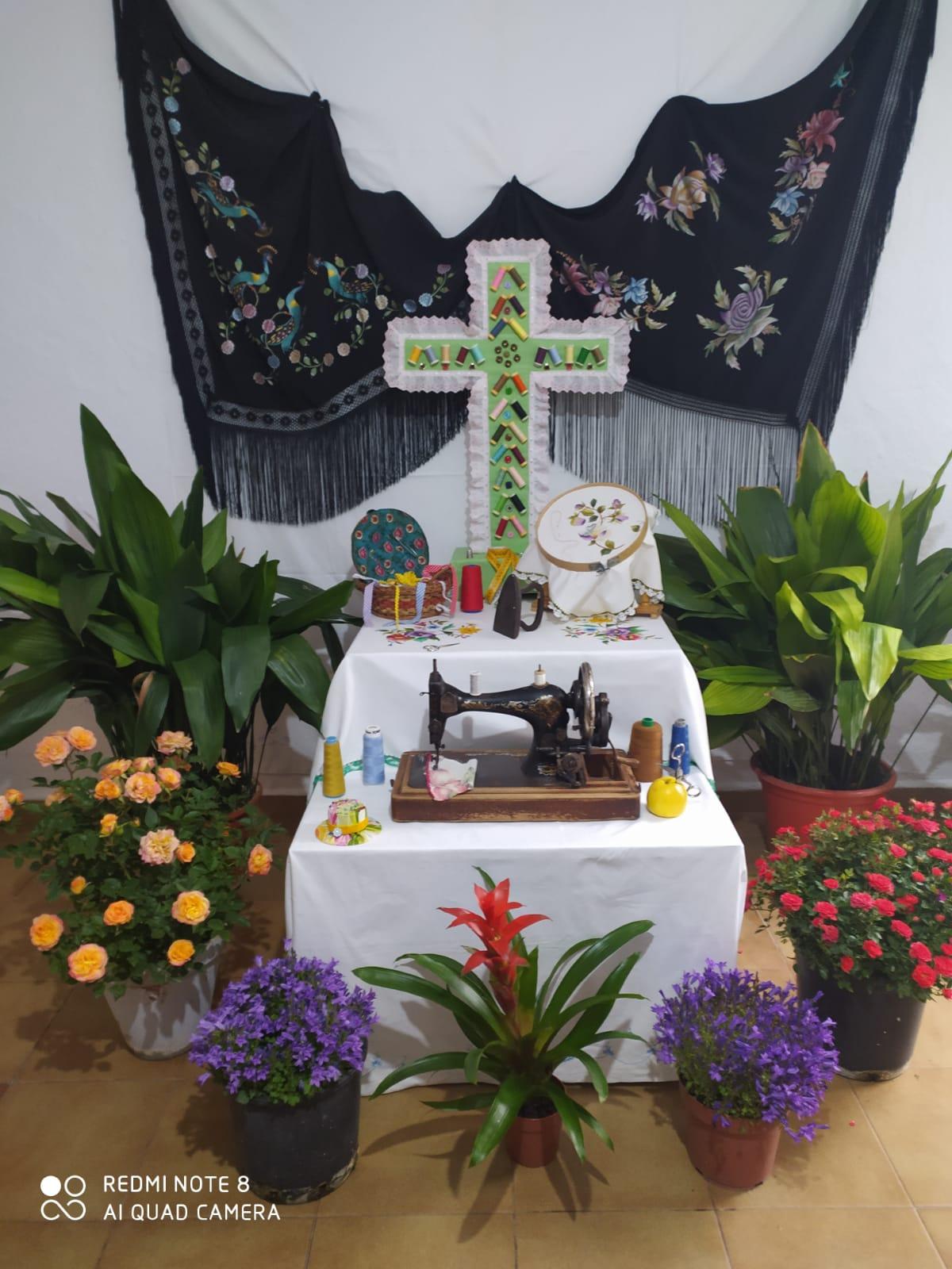 Los mayores de Huétor Tájar fabrican Cruces de Mayo para combatir el deterioro cognitivo que provoca la pandemia
