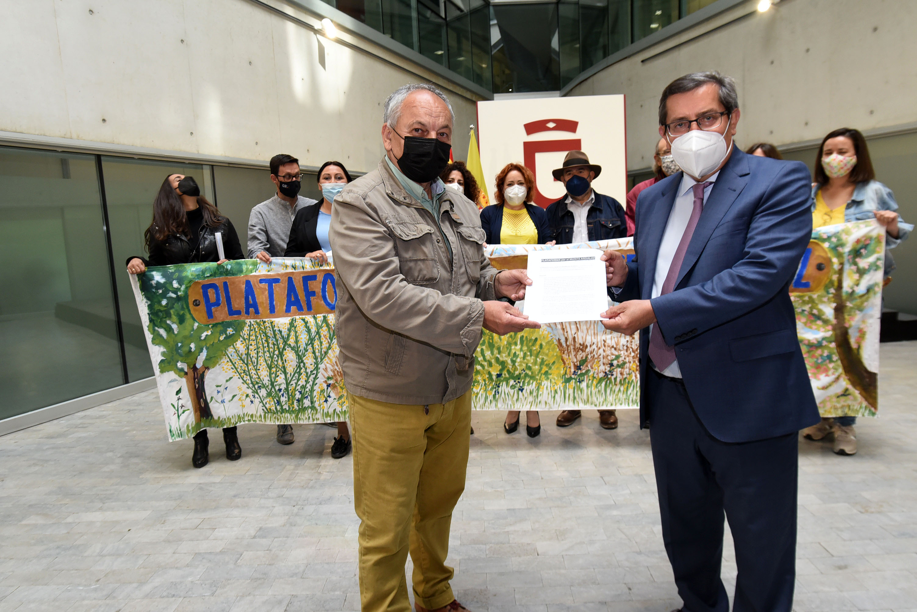 26 colectivos de la provincia entregan al presidente de la Diputación propuestas para defender el monte andaluz