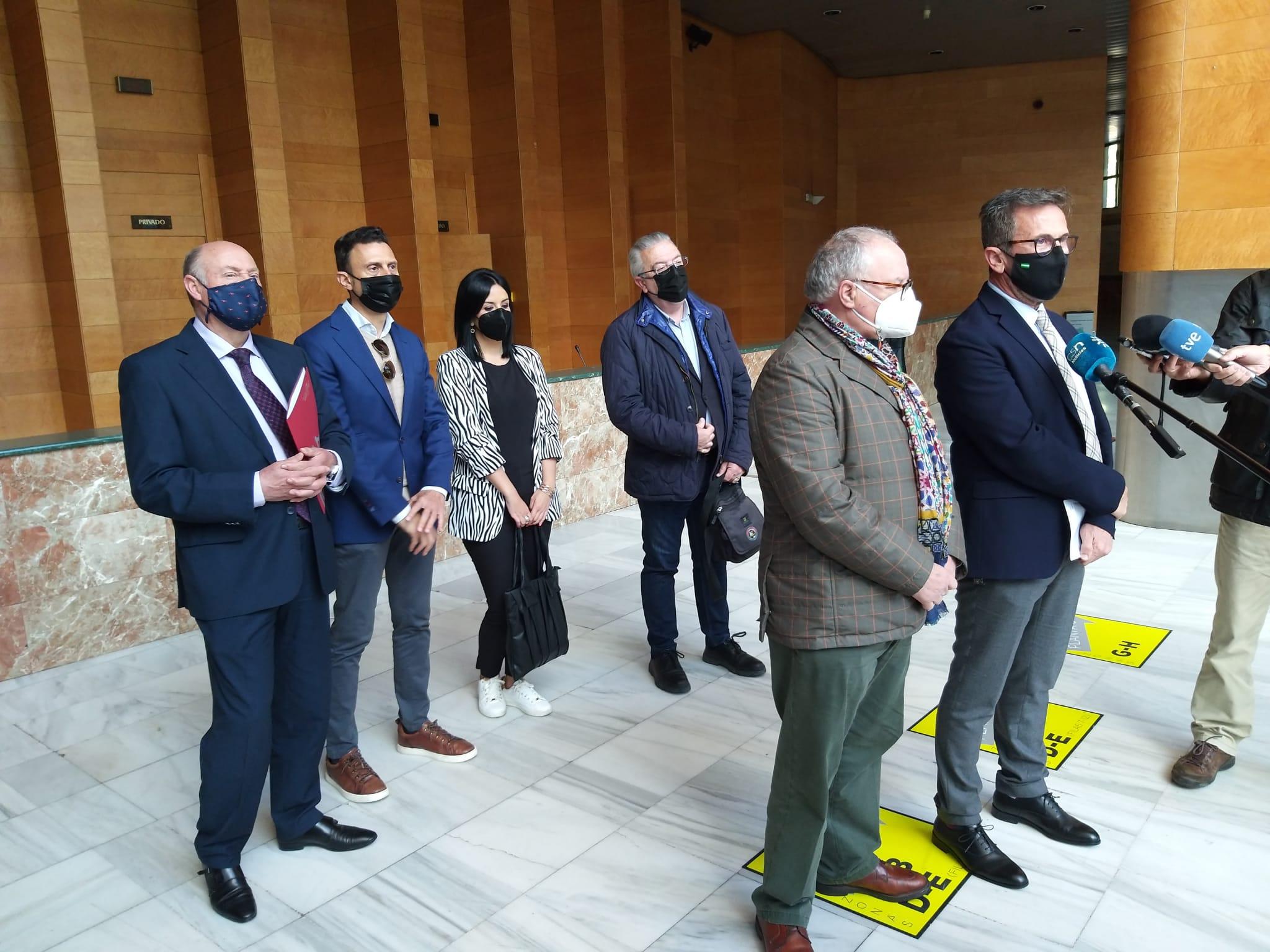 El delegado de Turismo detalla a los empresarios de Granada las ayudas al sector