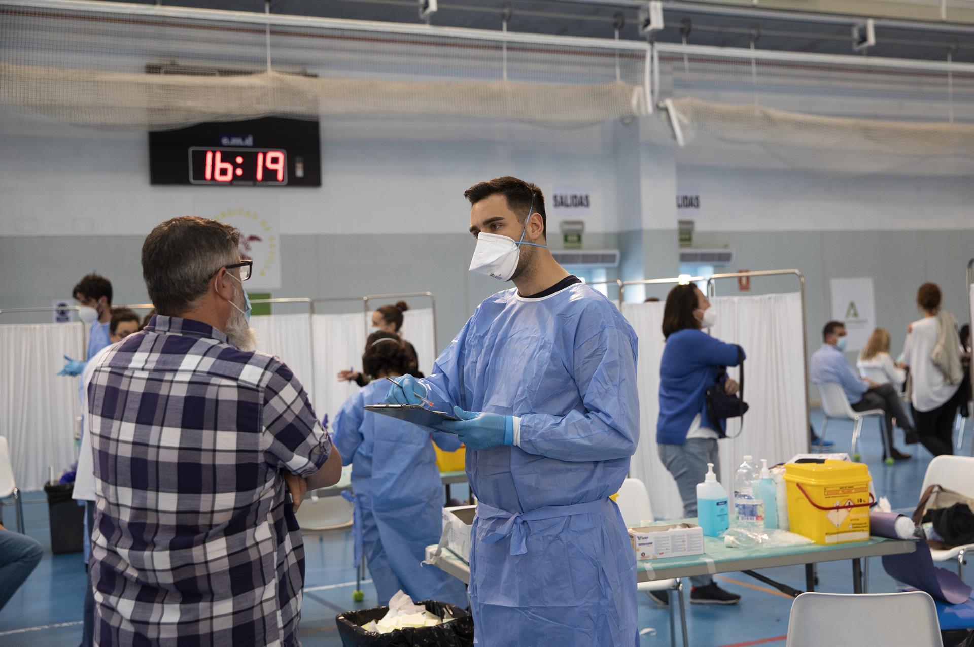 Andalucía registra 3.303 positivos, 1.535 más que este lunes, ocho muertes y su tasa se mantiene en 457