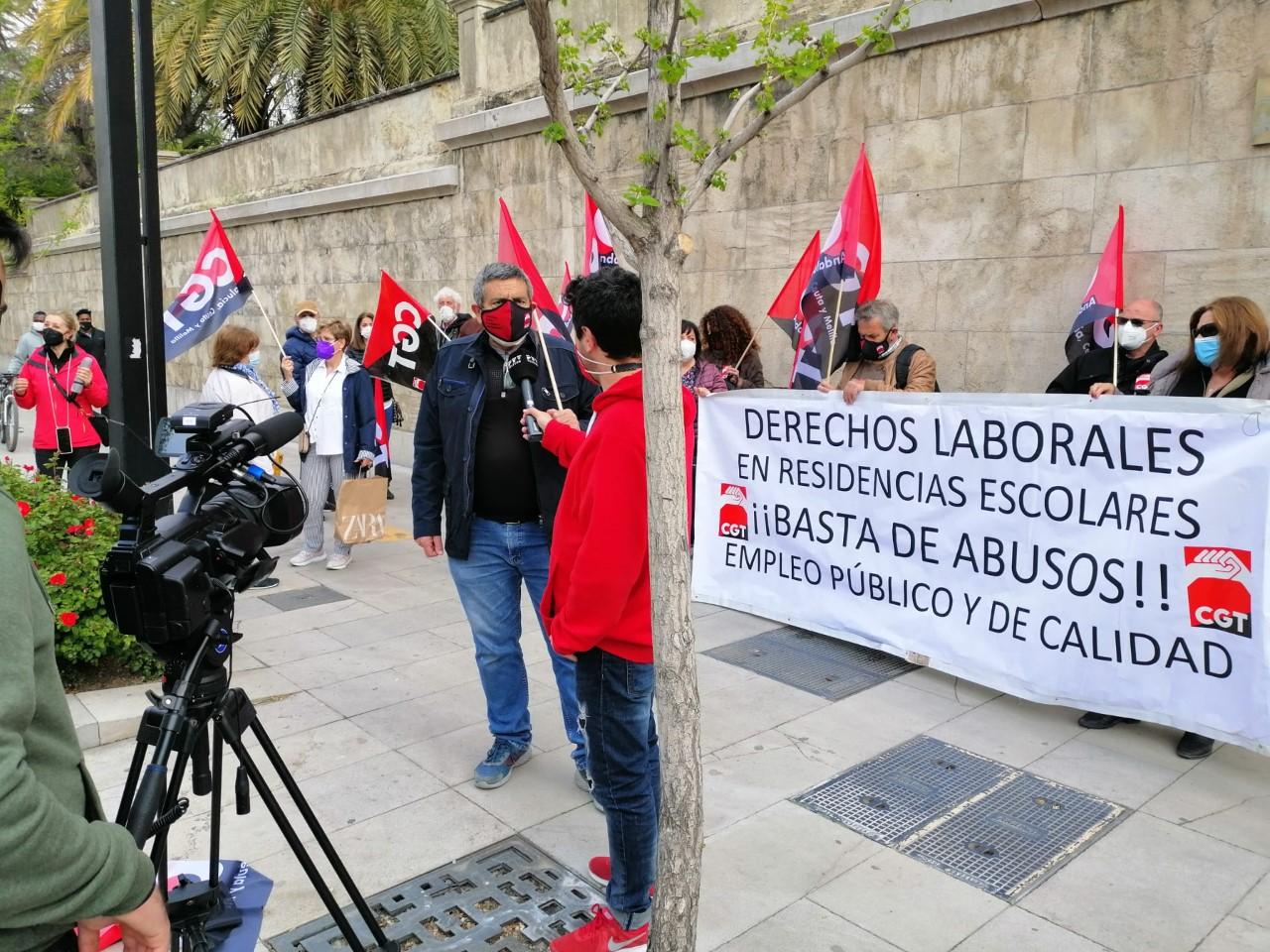 CGT se concentra por los derechos laborales en las Residencias escolares de Granada.